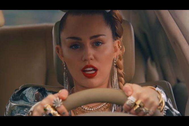 Elle dévoile ses tétons sur Instagram — Miley Cyrus torride